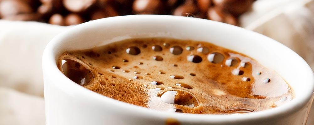 koffiehoek met koffie thee en water